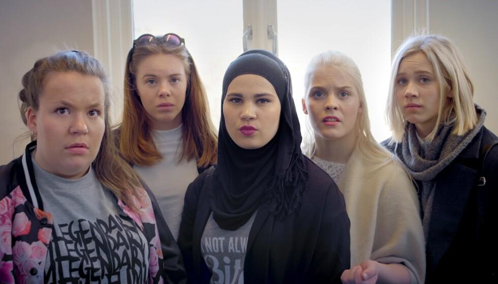 POPULÆR: Venninengjengen Ina Svenningdal (jente-chris), Lisa Teige (Eva), Iman Meskini (Sana), Ulrikke Falch (Vilde) og Josefine Pettersen (Noora) har blitt svært populære etter sin deltakelse i suksesserien. Foto: NRK