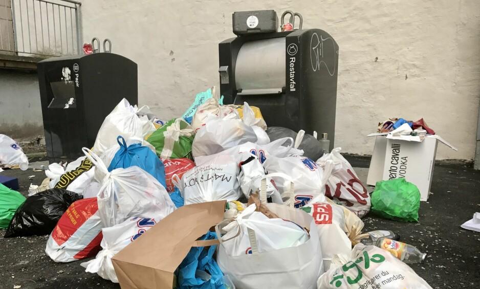 ROT MED NØKLER OG SØPPEL. Slik ser det fortsatt ut rundt søppelpunkter i Oslo. Dette bildet er tatt tirsdag 3. januar. Foto: Lise Åserud / NTB scanpix