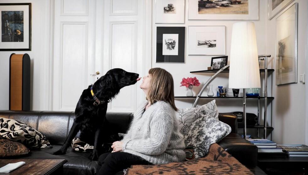 Sier fra: Grete Berget vet hun aldri vil bli frisk, men klarer ikke sitte stille når feministene får kritikk. Her med familiehunden Lissie, oppkalt etter drage- dronningen Khaleesi i «Game of Thrones». Foto: MORTEN RAKKE