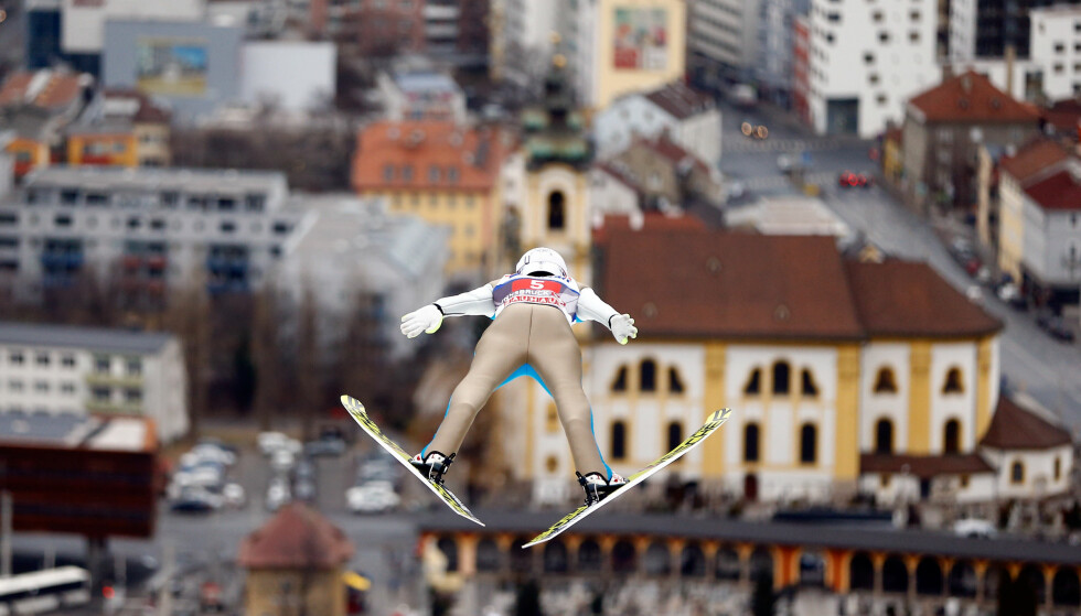 <strong>HJELP:</strong> Her kommer verdens beste skihopper, og han har høydeskrekk. Daniel -Andre Tande i lufta over Innsbruck. FOTO: REUTERS/Dominik Ebenbichler.