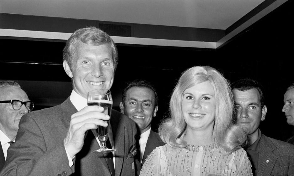 VAR GIFT: Bobby Moore med sin daværende kone Tina på et bilde fra juli 1966. Foto: NTB Scanpix
