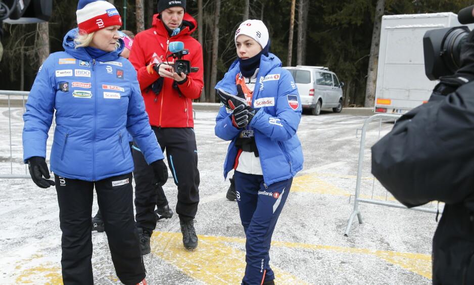 DEN STORE FAVORITTEN: Her går Heidi Weng noen av de få meterne hun skal gå i dag. Resten av dagen skal tilbringes i senga med cola og pommes frites. Foto: Terje Pedersen / NTB Scanpix