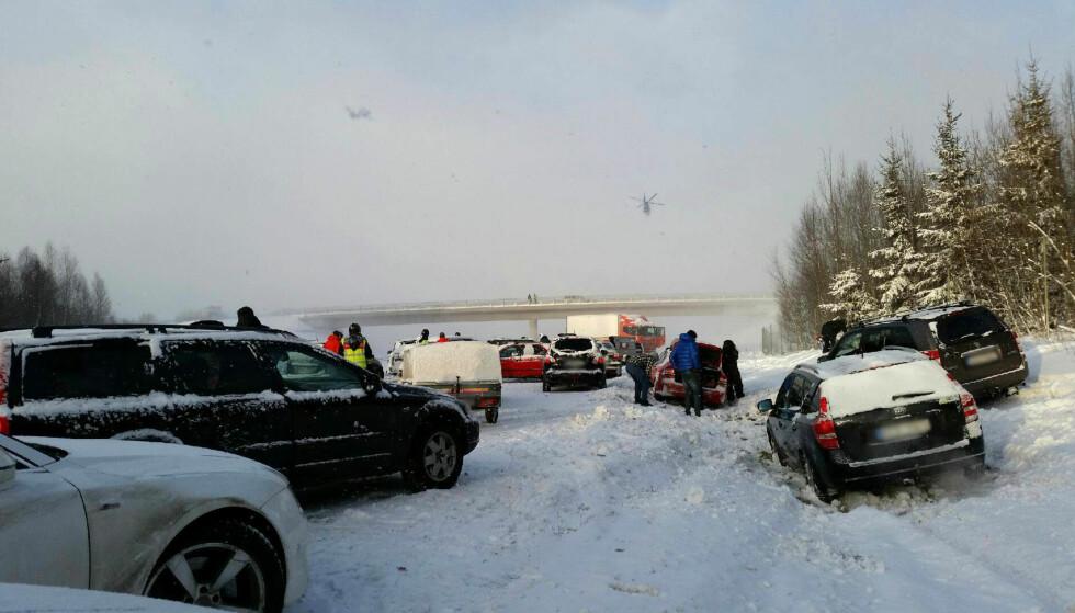 KOLLISJON: Et 40-talls biler er involvert i en massekollisjon nord for Uppsala i Sverige. Foto: Ulrika Gelin