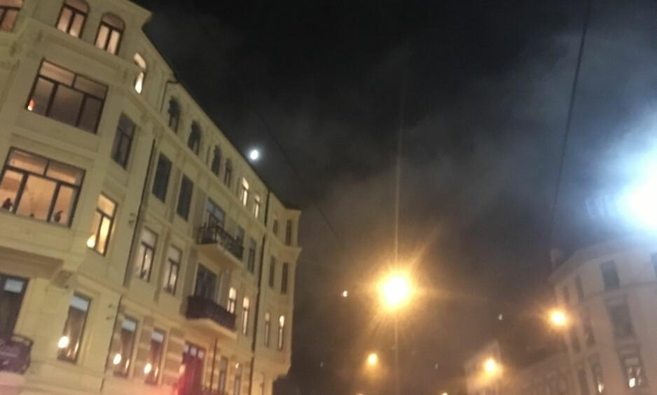 RØYK: Tykk røyk fyller lufta i Majorstukrysset. Foto: Dagblad-tipser