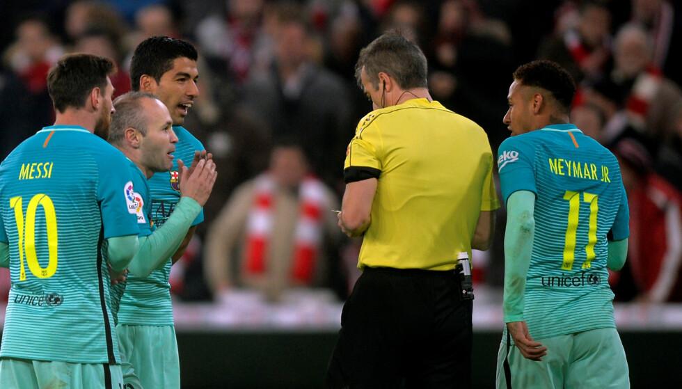 KJEFTET: Andres Iniesta var en av spillerne som kjeftet på seg gult kort i kampen mellom Athletic Bilbao og Barcelona. Foto: REUTERS / Vincent West / NTB Scanpix