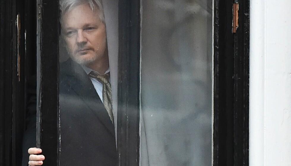 NEKTER: Assange nekter for at Russland står bak e-post hackingen. Her på vei ut på balkongen til den ecuadorianske ambassaden i London for å møte pressen i februar 2015. Foto: AFP / BEN STANSALL