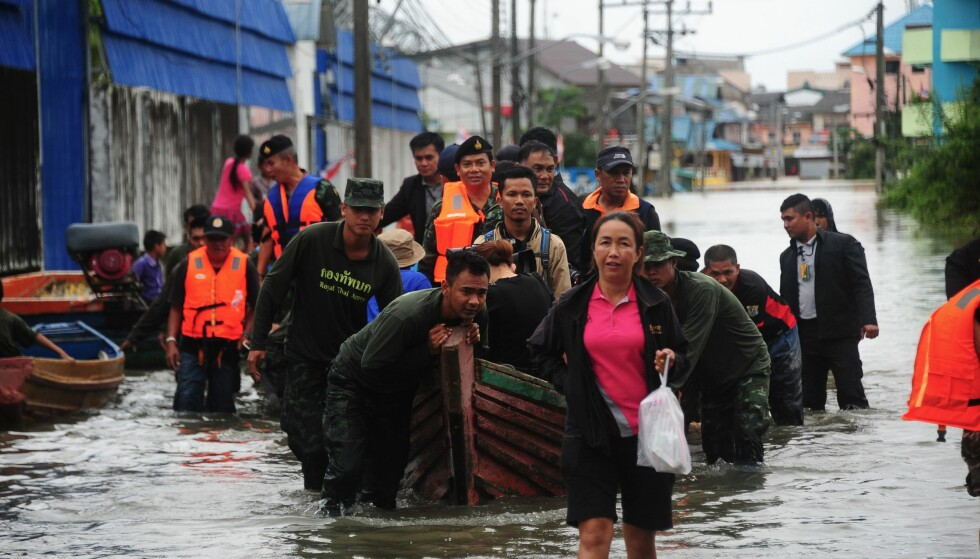Thailandske soldater hjelper folk komme seg vekk fra flommen, her i Sungai Kolok i sørlige Narathiwat. / AFP PHOTO / MADAREE TOHLALA/NTB Scanpix