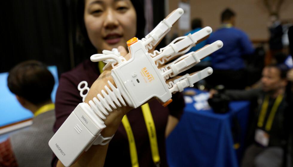 SMARTHANSKE: Neofect var tilstede under CES 2017 i Las Vegas. Her demonstreres Rapael Smart Glove for slagpasienter.  REUTERS/Rick Wilking