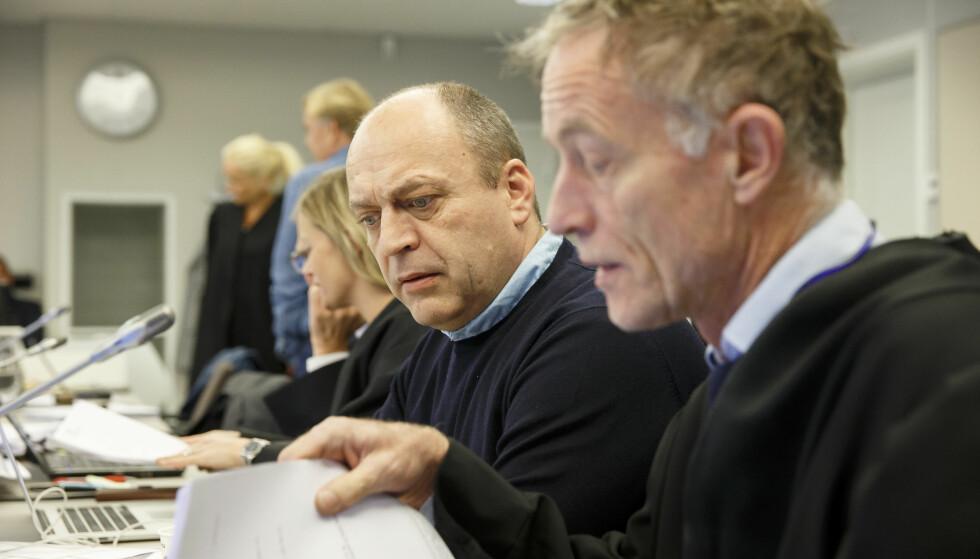 I RETTEN FORRIGE GANG: Gjermund Cappelen og advokat Benedict de Vibe i retten i Asker og Bærum tingrett i hasjoppbevaringssaken. Foto: Cornelius Poppe / NTB scanpix