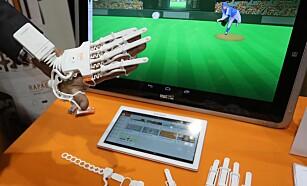 SPILL: Med hansken får pasientet øvd på bevegelse i underarm, håndledd og fingrene. Foto: EPA/MIKE NELSON