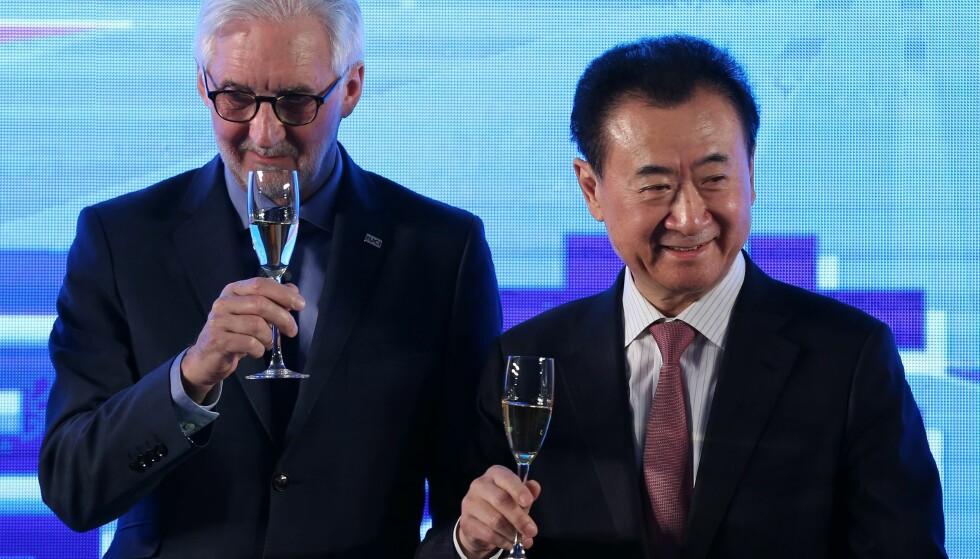 Wada Group-forman Wan Jianlin (til høyre) og UCI-president Brian Cookson skåler en ny samarbeidsavtale om utvikling av sykkelsporten i Kina. Det mektige Wanda-selskapet kan bli en maktfaktor i regne med i sykkelsporten fremover. EPA/HOW HWEE YOUNG.