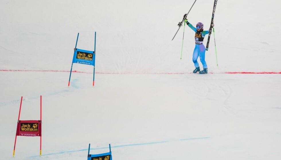 TAKKET FANSEN: Slovenske Tina Maze tok av seg skia og gikk over mållinja, i sitt aller siste renn. Foto: AFP PHOTO / Jure MAKOVEC / NTB Scanpix