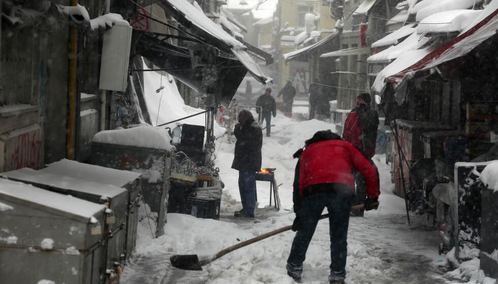 HØYST UVANLIG: Snøen i Istanbul har blant annet skapt kaos her i de historiske bydelene Karakoy og Eminonu. Ataturk-flyplassen er helt lammet sønda. Foto: Tolga Adanali/Depo Photos/ABACAPRESS.COM/NTB Scanpix.