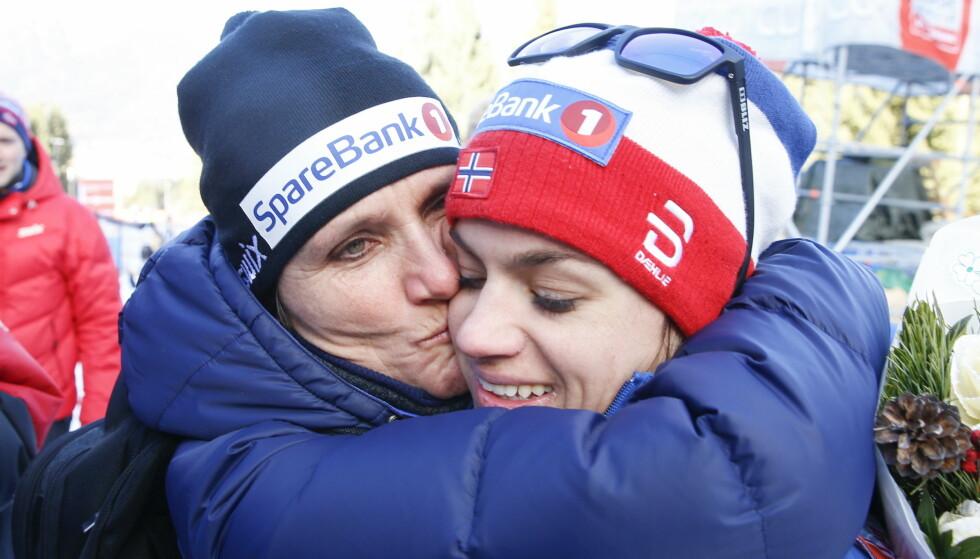 SEIERSKLEMMEN: May Bente Weng var omtrent like glad som Heidi Weng etter Tour de Ski-seieren. Foto: Terje Pedersen / NTB scanpix
