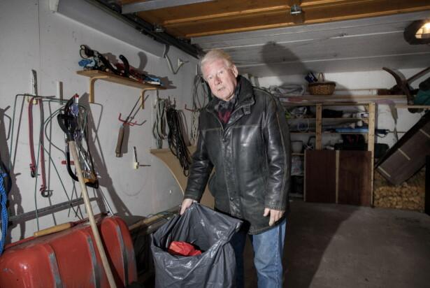 HAGENS GARASJE: Carl I. Hagen har en søppelsekk full av papir stående i garasjen. - Jeg har allerede vært to turer på gjenvinningsstasjonen, forteller han. Foto: Tomm W. Christiansen / Dagbladet