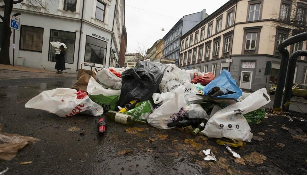 SØPPELBERG:Slik så det ut i en gate i Oslo etter at Veireno overtok søppelhåndteringen i Oslo. Foto: Terje Bendiksby / NTB Scanpix