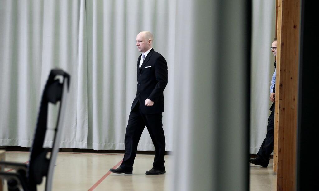 TILBAKE I SØKELYSET: Anders Behring Breivik sist han møtte andre enn fengselsansatte - under tingrettens sak om soningsforhold i mars 2016. Tirsdag er han tilbake i same provisoriske rettslokale i gymsalen i Skien fengsel. FOTO: BJØRN LANGSEM, DAGBLADET.