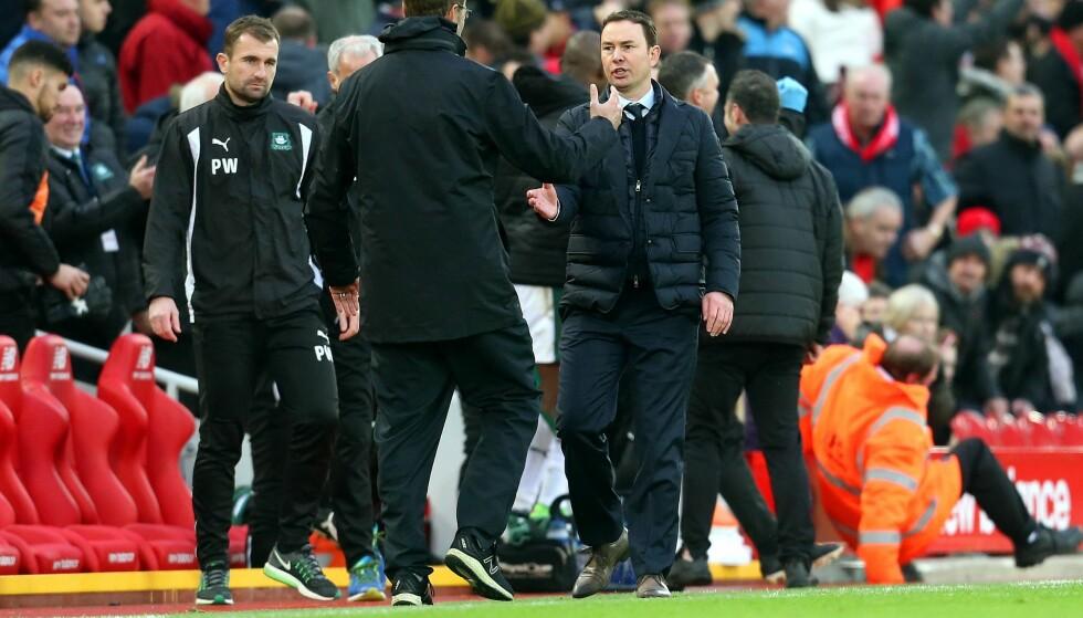 <strong>FORNØYD, SÅ KLART:</strong> Liverpool-manager Jürgen Klopp (med ryggen til) og Plymouth-manager Derek Adams på Anfield i går. Foto: NTB Scanpix/Matt McNulty/JMP/REX