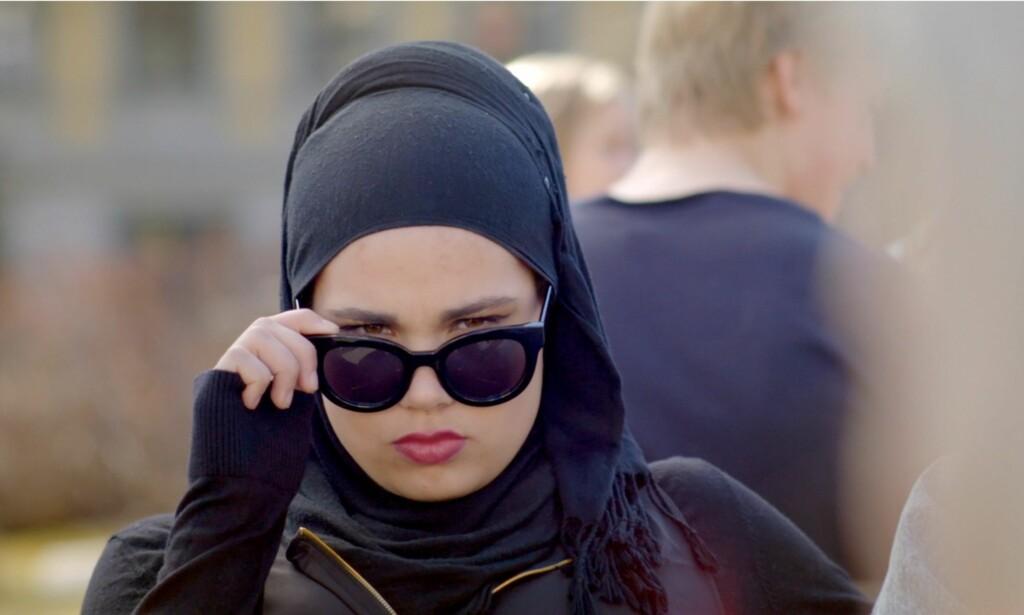 HOVEDPERSON: Muslimsk blogger tror Sana kan være med på å ufarliggjøre Islam for det norske folk med sin rolle i ungdomsserien «Skam». Foto: NRK