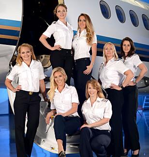 PILOTER FOR KREFTSAKEN: Noen av de kvinnelige pilotene samlet for photoshoot for årets kalender. Foto: Roger Sundberg