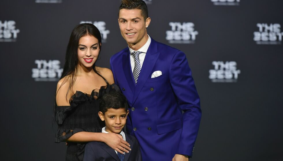 VERDENS BESTE: Real Madrids og Portugals Cristiano Ronaldo ble kåret til Årets spiller i verden i kveld. Her er han med kjæresten Georgina Rodriguez og sønnen Cristiano Ronaldo Jr. Foto: AFP PHOTO / MICHAEL BUHOLZER