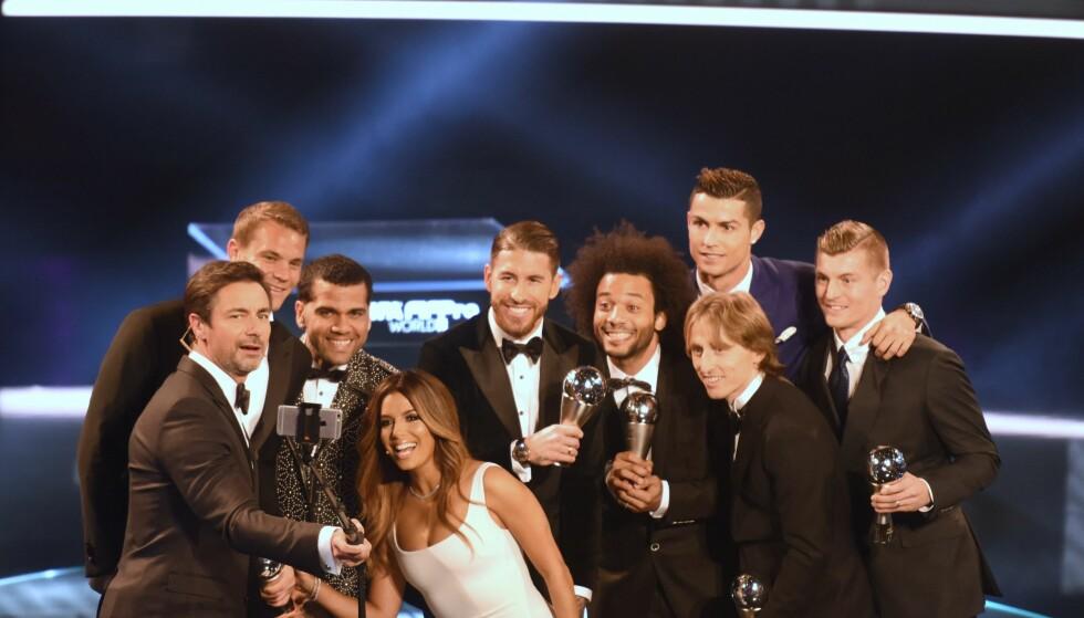 BARCELONA-FRAVÆR: Vert Marco Schreyl tar selfie med Manuel Neuer (Tyskland, Bayern Munchen), Daniel Alves (Brasil og Juventus), Sergio Ramos (Spania, Real Madrid), Marcelo (Brasil, Real Madrid), Luka Modric (Kroatia, Real Madrid), Toni Kroos (Real Madrid og Tyskland) og Cristiano Ronaldo (Portugal, Real Madrid). Vert Eva Longoria er også med. Fotballspillerne havnet på Årets lag i Fifa-kåringen, men fire spillere fra Barcelona dukket ikke opp til utdelingen. Foto:Patrick Seeger/dpa