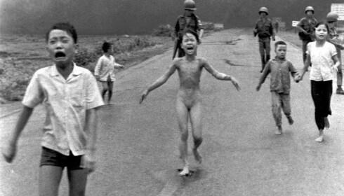 Kim Phuc, som flykter fra krigens redsler midt i dette bildet, har skrevet et forord til Holtets bok.