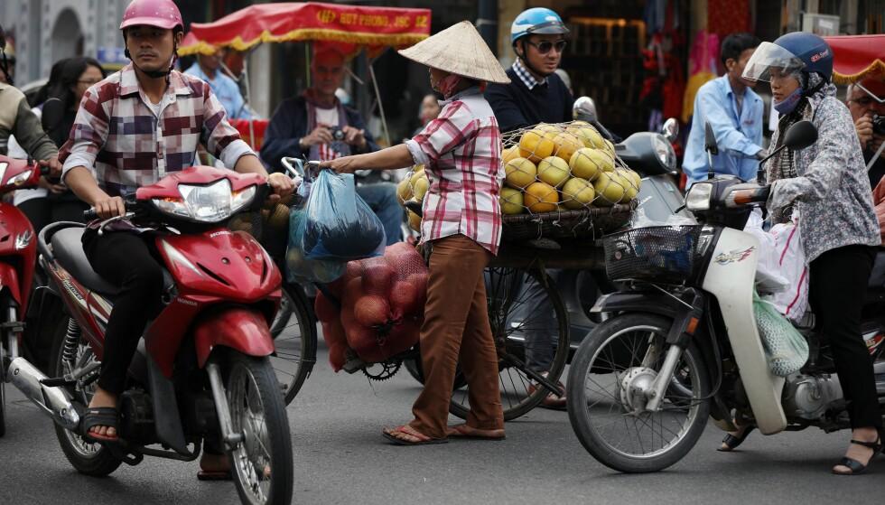 GATELIV: Vietnam er i dag et sydende samfunn med en voksende økonomi og en økende turisme. Einar Kr. Holtet har skrevet den første boka på norsk om denne nasjonen siden krigsåra. Foto: NTB Scanpix