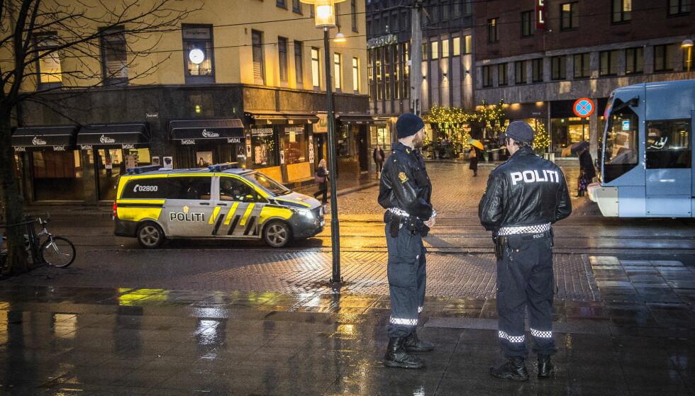 HOLDER VAKT: Politiet holdt i morgentimene vakt utenfor Oslo tinghus. Sikkerheten rundt Jensen-rettssaken er økt etter forstyrrelser i går ettermiddag. Foto: Lars Eivind Bones / Dagbladet