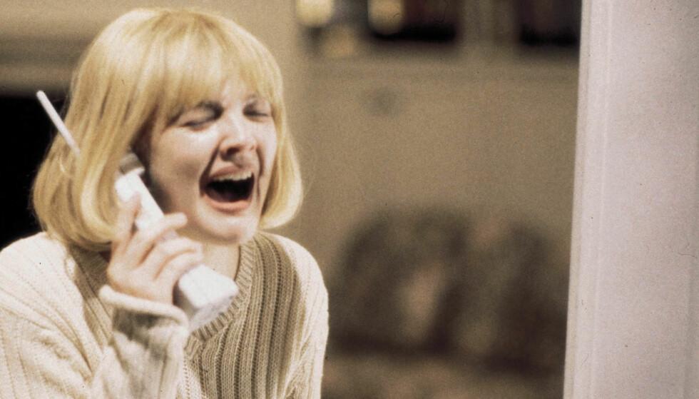 IKONISK ROLLE: Drew Barrymore som hysteriske Casey som blir drept i den store 90-talls grøsseren «Skrik». Foto: Scanpix
