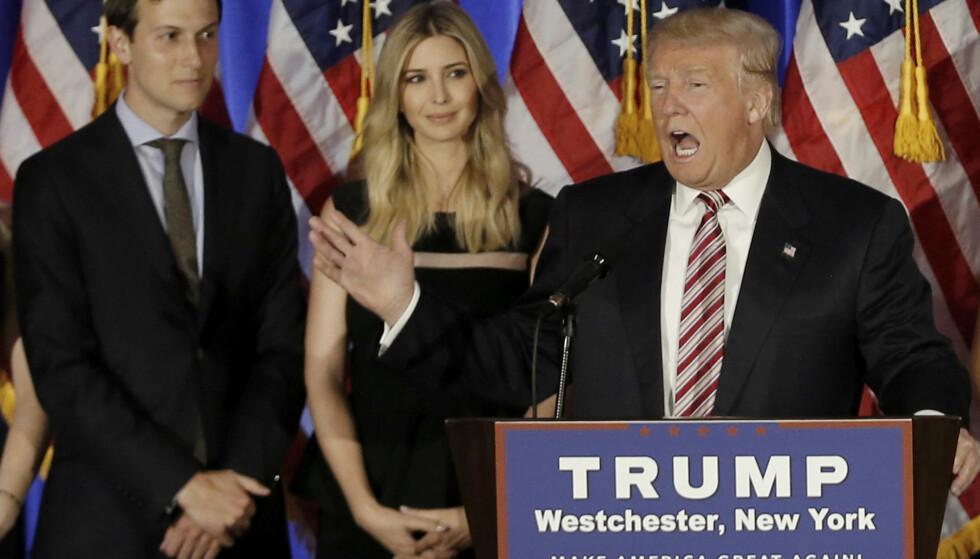 FAMILIE: Donald Trump på et kampanjearrangement i juni 2016. I bakgrunnen står hans datter Ivanka Trump og hans svigersønn Jared Kushner. Foto: REUTERS/Mike Segar/File Photo