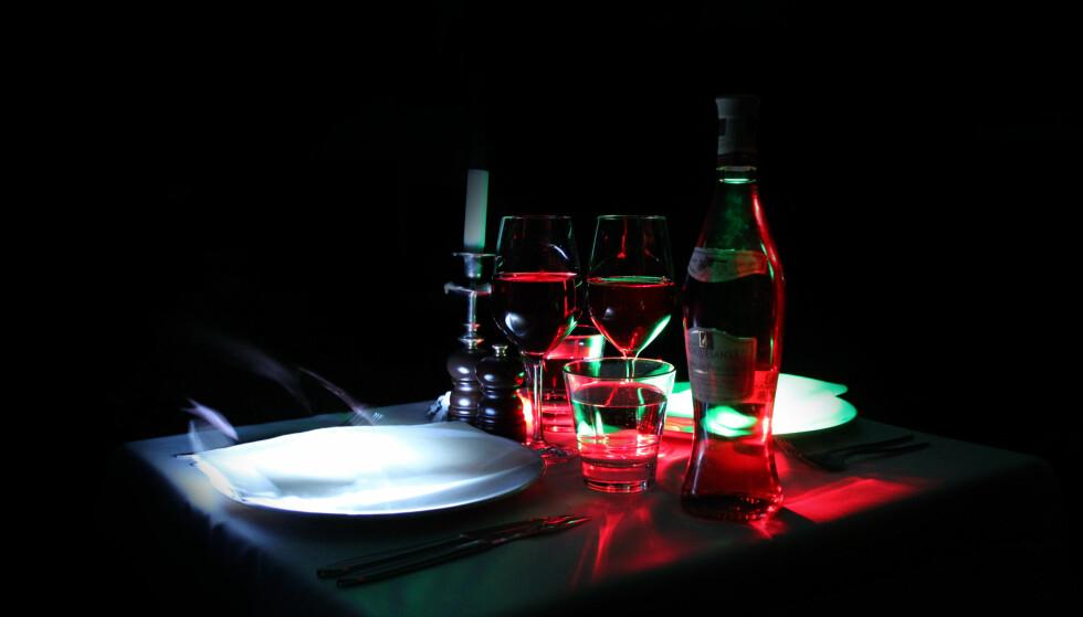 BLINDSMAKING: På stockholmsrestauranten Svartklubben er servitørene blinde og lokalet helt mørkt. FOTO: Svartklubben