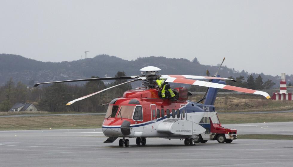 ALLE BLIR SJEKKET: En tekniker sjekker rotoren på Sikorsky S-92A helikopter på Flesland tilhørende CHC ved en tidligere anledning. Foto: Torstein Bøe, NTB Scanpix.
