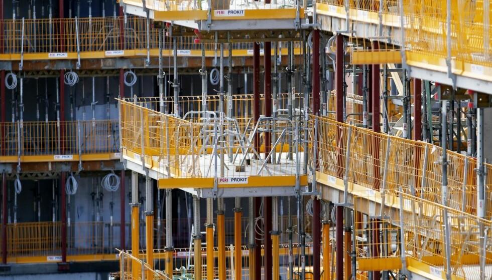 NYBYGG: Byggevirksomhet av nye boliger på Ensjø på i Oslo. - Mange av dagens sameier er i gamle bygninger. Fra 2025 øker befolkningen over 80 år kraftig. Det vil derfor være store behov for oppgradering, modernisering og tilpasning i årene framover, skriver Henning Lauridsen i NBBL. Foto: Lise Åserud / NTB Scanpix