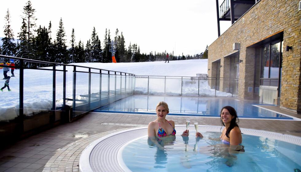SPA I SKIBAKKEN: I utendørsbassenget på Radisson Blu Mountain Resort & Residences  i Trysil kan man studere tøffingene i skibakken fra første rad. Saunaen byr også på utsikt. Foto: Mari Bareksten / Magasinet Reiselyst
