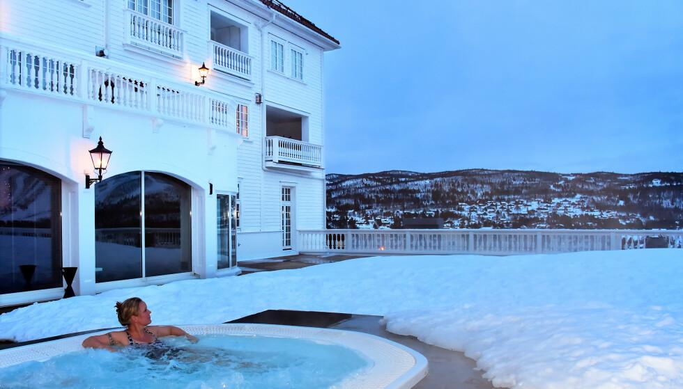 INSTITUSJON: Selv om Dr. Holms legger vekt på at de ikke er et spahotell, men et hotell med spa, er det et spa av høy kvalitet – med et stemningsfullt boblebad ute. Foto: Ronny Frimann  / Magasinet Reiselyst