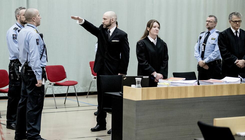 BEDT OM LA VÆRE: Anders Behring Breivik (37) gjorde høyreekstrem hilsen ved sin inntreden i retten - på tross av at hans advokater Mona Danielsen og Øystein Storrvik hadde bedt ham om å la være. Foto: Bjørn Langsem / Dagbladet