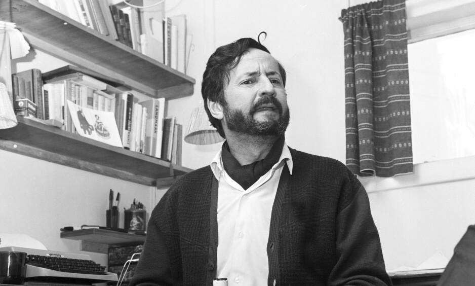 DØMT: Forfatter Jens Bjørneboe takket høyesterett i 1968 for gratis PR for hans bok «Uten en tråd», som ble en kjempesuksess på salgsfronten etter at boka ble betegnet som utuktig og Bjørneboe ble dømt. Her sitter en skjeggete forfatter i sin skrivestue, med en flaske rødvin, Beaujolais. FOTO; AAGE STORLØKKEN/SCANPIX