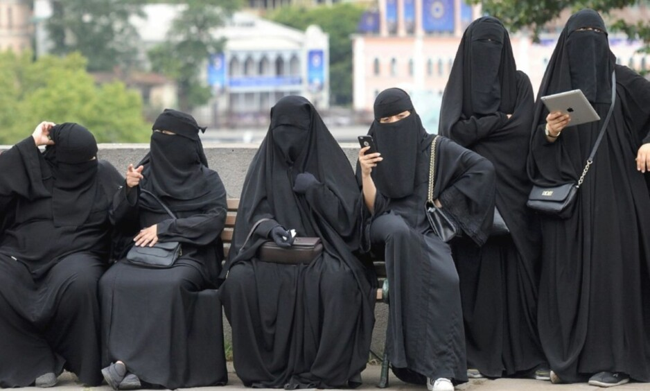 <strong>FORBYR:</strong> Marokko innfører forbud mot produksjon og salg av burka. Her er seks kvinnelige turister avbildet i Tbilisi i Georgia i 2016. Foto: AFP / Vano Shlamov