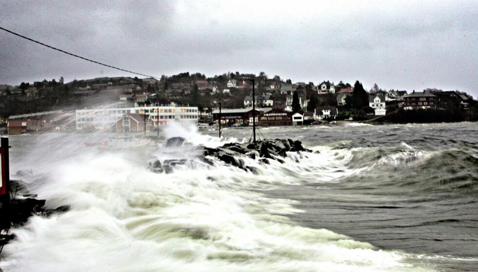 "VARSEL: Ekstremværet ""Inga"" førte til stormflo i Bergen i 2005. Lignende vannstand er ventet i morgen, varsler Meteorologisk institutt. Foto: Oddmund Lunde/Dagbladet"