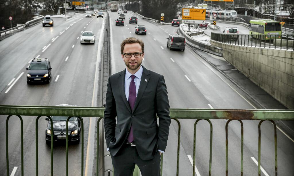 USLIPPSFRI: Høyre vil fase ut fossil energi i hele transportsektoren gjennom krav og tiltak som bidrar til fask innfasing av null- og lavutslipsløsnniger i alle deler av transportsektoren, heter det i forslaget til nytt partiprogram. Kollektivtrafikken i de store byområdene skal være utslippsfrie innen 2025. Medlem i komiteen og leder av transportkomiteen, Nikolai Astrup, tror (H) tror Oslo når målet fem år tidligere takket være innsatsen fra det borgerlige byrådet som styrte byen fram til 2015. FOTO STEIN J. BJØRGE