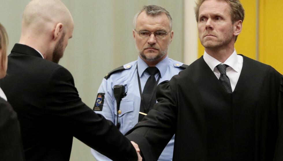 SEIERHERRE: Anders Behring Breivik tapte i ankesaken mot staten. Her hilser han på den seirende regjeringsadvokat Fredrik Sejersted før ankesaken. Foto: Lise Åserud / NTB scanpix
