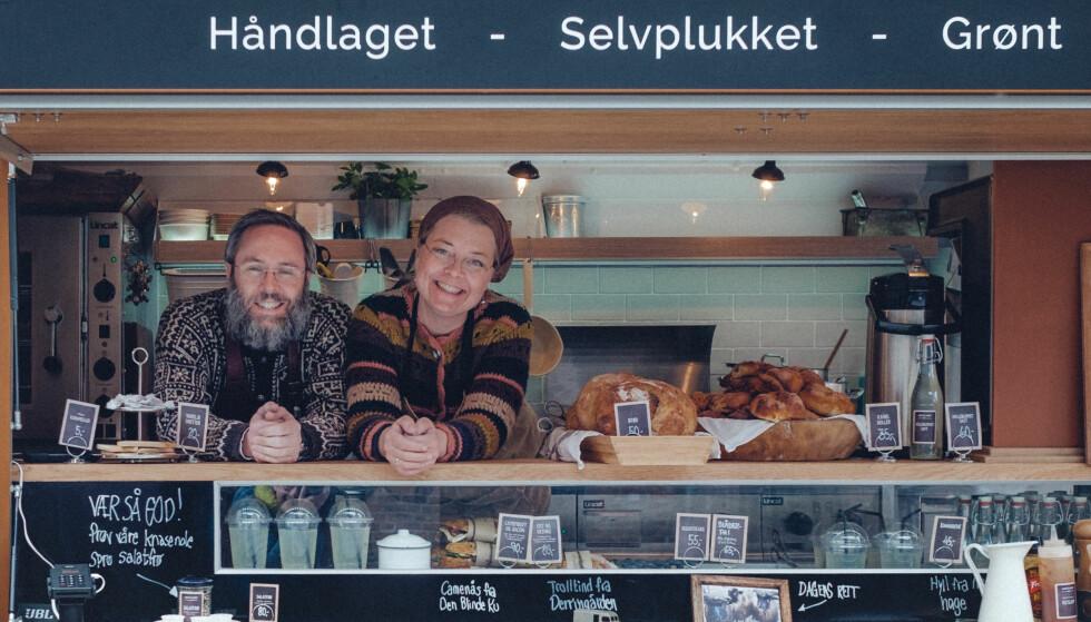 MER GATEMAT: Bendik Romstad (t.v) og makker Anne Gravingen har gjort suksess med kafebilen Anne på Landet. Nå drømmer de om å gi Oslofolk mat fra elbil med solceller på taket.foto: ByAksel