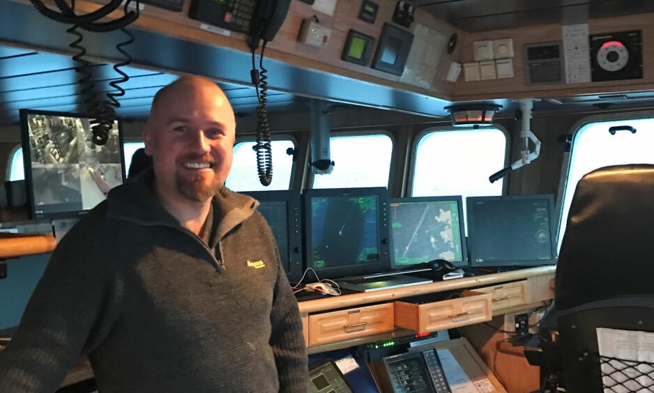 DAB-OMLEGGING: Rune Solvang, skipper på båten «MS Skolmen», forteller om god DAB-dekning i Andfjorden i Nordland, etter FM-slukkingen onsdag. Men han presiserer at han kun har sjekket to nautiske mil fra land. FOTO: Martin Rist Angelsen / M/S Skolmen