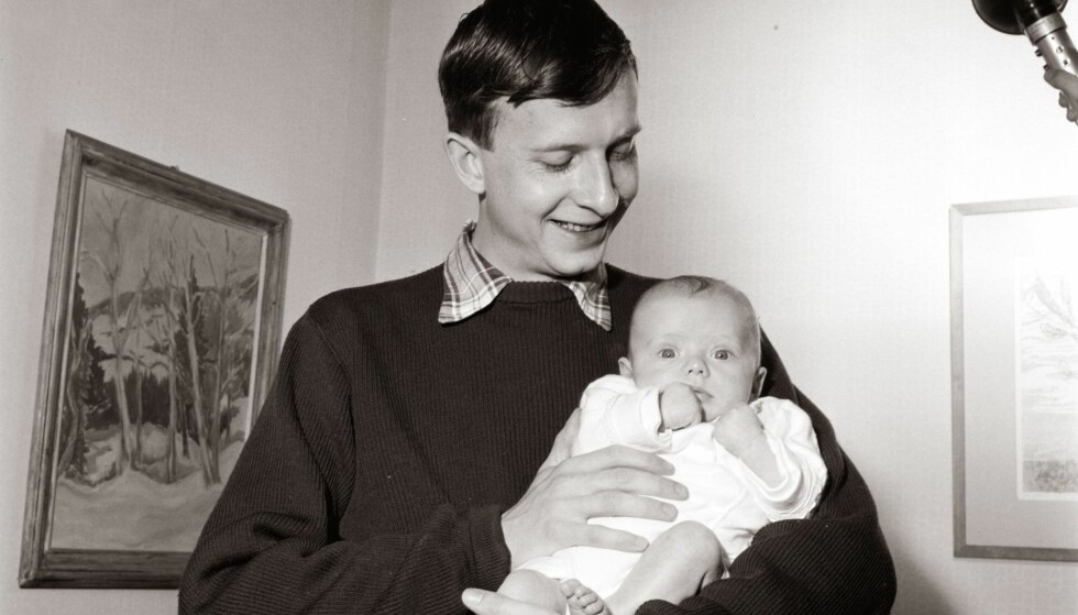 HJEMME HOS I 1959: Hjemme hos                               reportasje hos forfatteren Helge Hagerup sammen med sin nyfødte sønn Henning som mange regnet med skulle bli en skjønnlitterær                        forfatter. I den nye samtaleboka sier Hagerup: «Du heter jo Hagerup, da må du vel selv begynne å skrive skjønnlitteratur?» Nei, så                            faen, tenkte jeg.