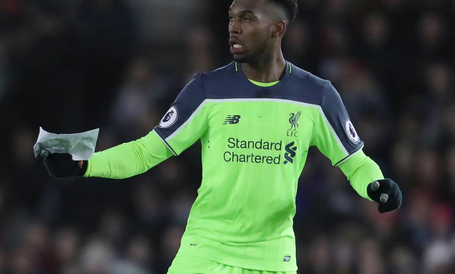 HJEMMELEKSE: Pluselig løp Liverpool-spiss Daniel Sturridge forfjamset rundt på gressmatta med et ark i hendene. Han fikk utdelt taktikken litt for seint. Foto: Andy Hooper/Daily Mail/NTB Scanpix