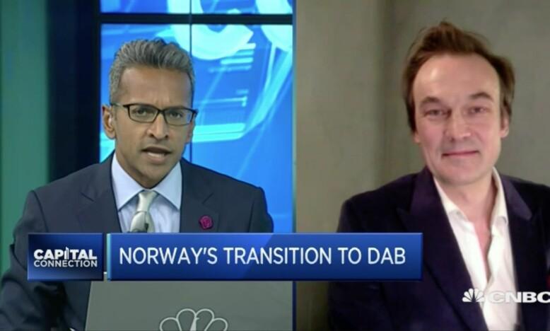 HELE VERDEN: Hele verden lurer på hvorfor DAB slår av FM. Her intervjuer CNBC ASIA Dagbladets Jan Thoresen om hvorfor det er dårlig ide med DAB.