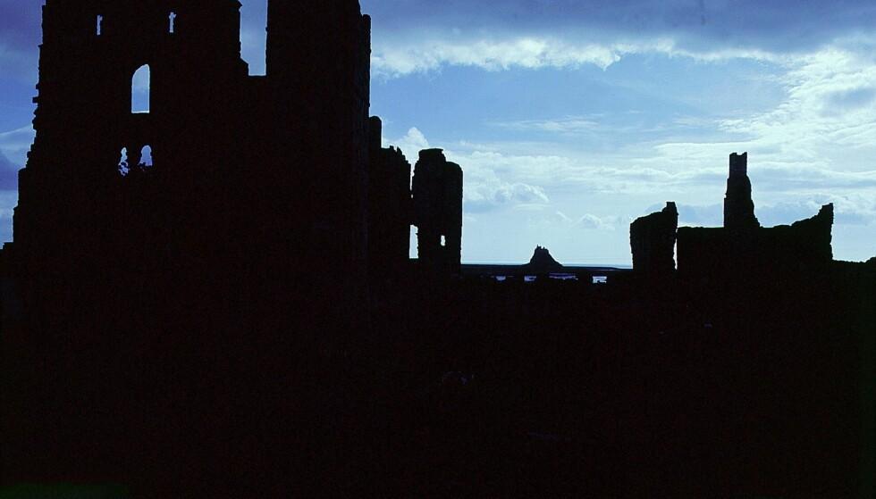 TIDEVANNSØY: Lindisfarne kloster lå typisk nok på en tidevannsøy og det var hit vikingene kom i 793. Foto: NTB SCANPIX