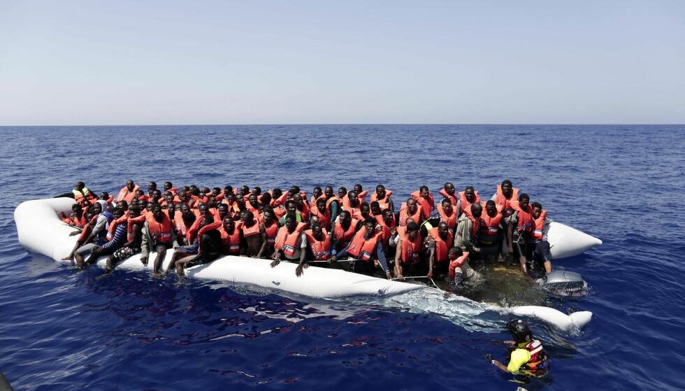 KRISE: EU arbeider med å få på plass partnerskap med afrikanske land for å få en slutt på strømmen av flyktninger på livsfarlig ferd over Middelhavet. Bildet er fra august 2016 av ei overfylt gummiflåte mellom Libya og Malta. Foto: AFP / NTB Scanpix / Italias Røde Kors / YARA NARDI