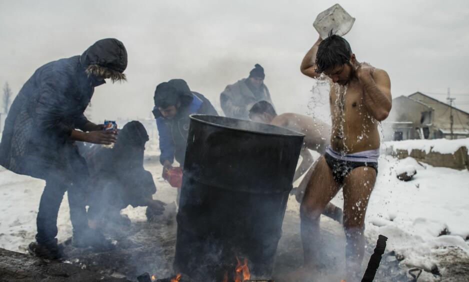 BEOGRAD 12. JANUAR 2017: Her vasker flyktninger seg selv og klærne sine utenfor en lagerbygning der de har søkt tilflukt i Beograd i Serbia. På grunn av stengte grenser har flyktninger fra hovedsaklig Syria, Irak, Afghanistan og Pakistan sovet på gulvet i lageret i flere måneder. Foto: Josep Vecino / Anadolu Agency / NTB Scanpix
